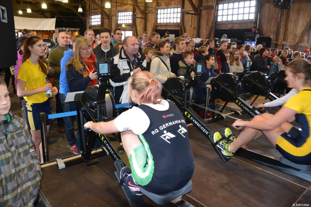 Beim Ergo-Cup in Lübeck stehen die Zuschauer den Ruderinnen auf dem Ergometer direkt gegenüber