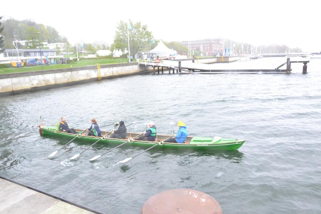 Vier Frauen mit einer Steuerfrau legen vom Bootssteg ab