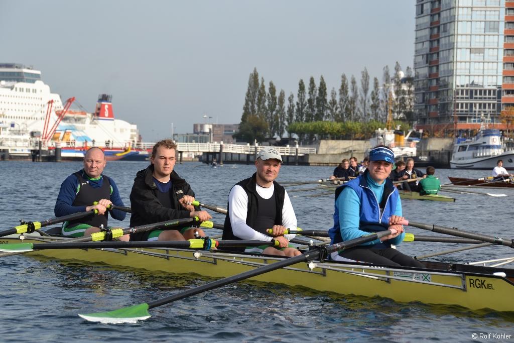 Rennvierer der Rudergesellschaft Germania wartet auf die Abschlussworte zum gemeinsamen Ende der Rudersaison 2014 aller Kieler Rudervereine