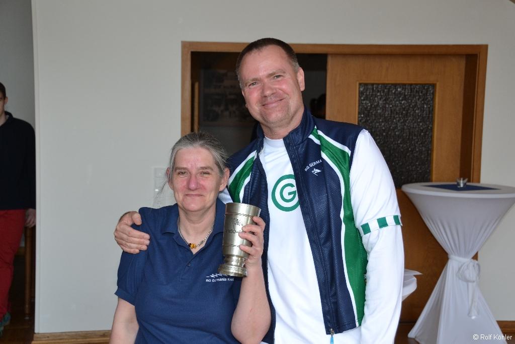 3. Vorsitzende Dirk Petersen ehrt Karin Peters mit dem Ergocup-Pokal