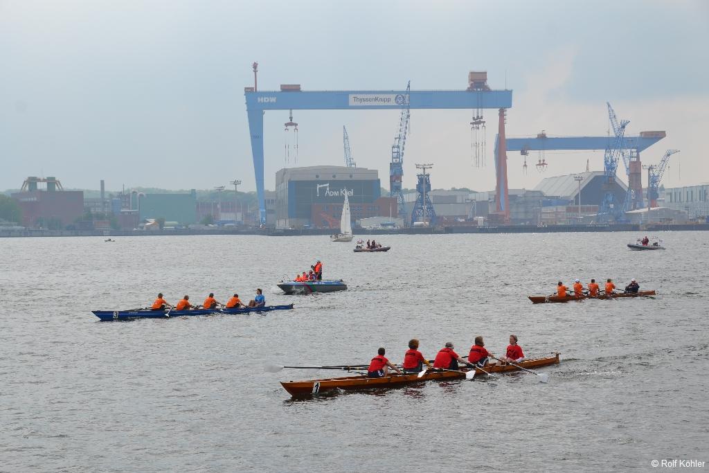 Ruderboote auf den Regattabahnen der Benefiz-Regatta vor dem Portalkranen der HDW-Werft