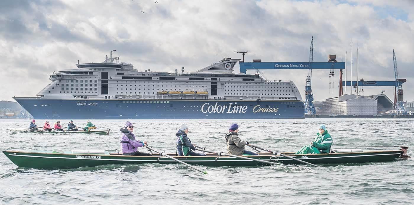 Zwei Ruderboote mit Steuermann, im Hintergrund die Oslo-Fähre Color Magic