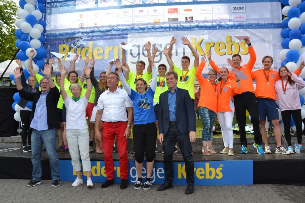 Gruppenbild jubelnder Ruderer mit dem Kieler Oberbürgermeister Dr. Ulf Kämpfer