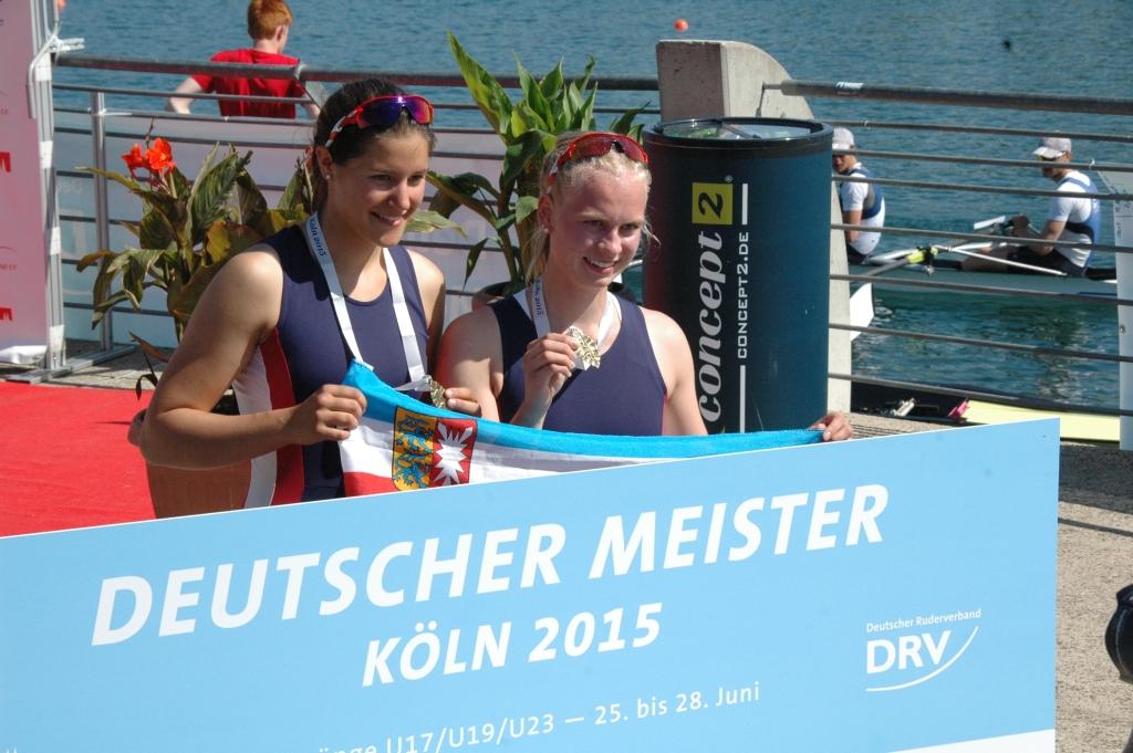 Die Siegerinnen im Doppelzweier der Deutschen Jugendmeisterschaften U19 bei der Siegerehrung
