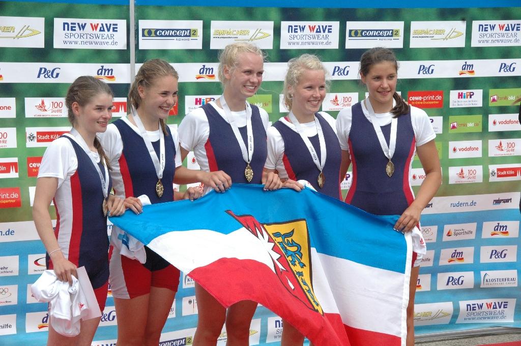 Deutsche Juniorenmeister U17 im Doppelvierer bei der Siegerehrung mit Schleswig-Holstein-Fahne