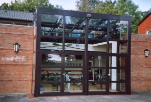 Glasfront der Fitnesshalle Rudergesellschaft Germania
