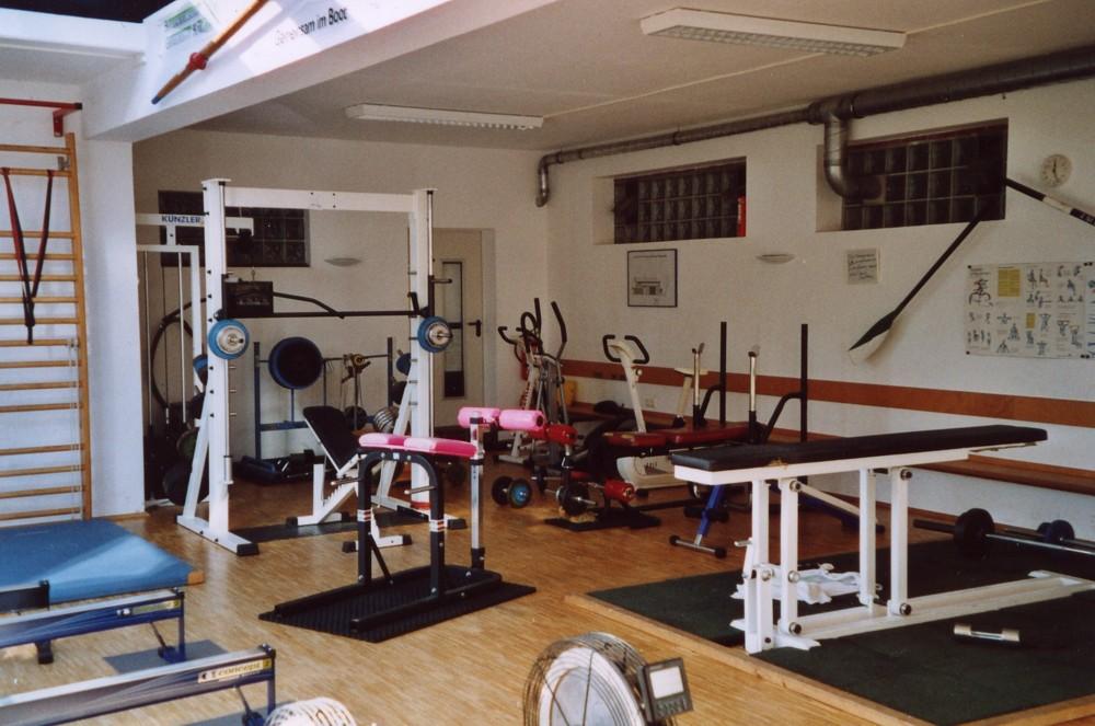 Fitnesshalle mit Geräten zum Kraft- und Ausdauertraining