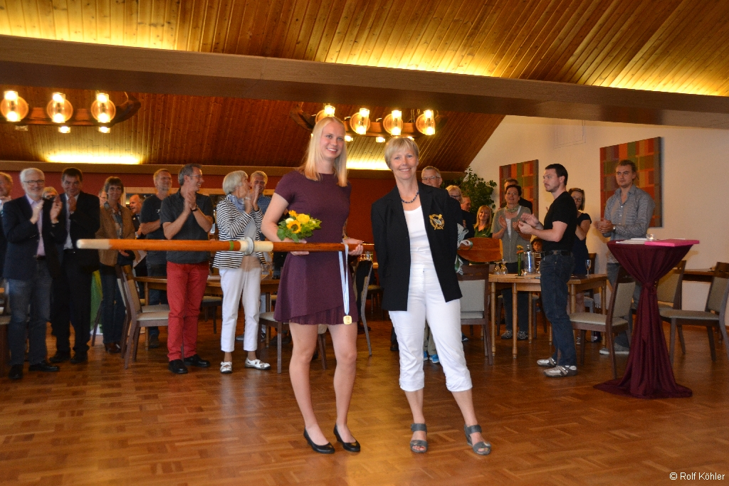 Sabine Köhler, 1. Vorsitzende RG Germania übergibt Junioren-Weltmeisterin Frieda Hämmerling ein Holz-Skull
