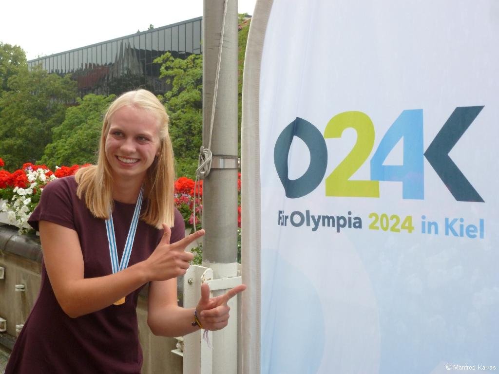 Junioren-Weltmeisterin 2015 Frieda Hämmerling beim Empfang auf dem Rathausbalkon am 18. August 2015 vor dem Olympiaplakat 2024