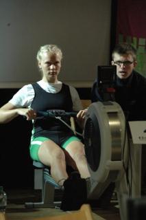 Frieda Hämmerling auf dem Ruderergometer angefeuert von ihrem Heimtrainer Victor Fijal