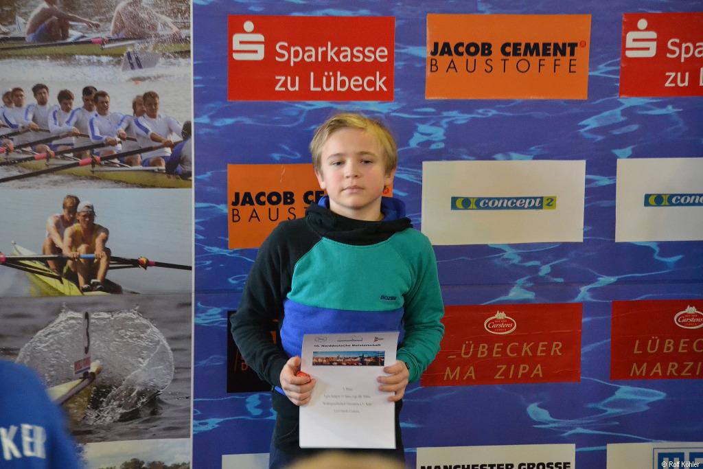 Jakob Czekala steht bei der Siegerehrung des Ergo-Cups in Lübeck auf einem Podestplatz