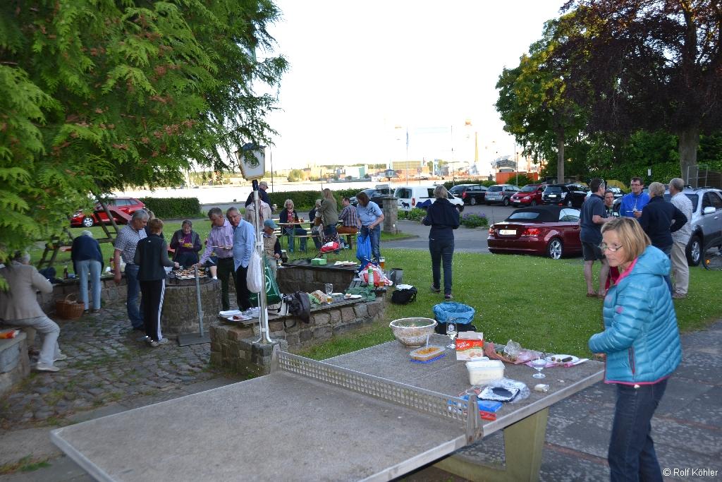 Ruderer stehen auf dem Grillplatz mit Tischtennisplatte im Vordergrund