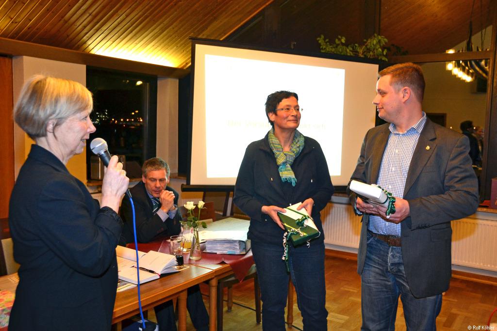 Mit Mikrofon in der Hand bedankt sich die 1. Vorsitzende Sabine Köhler bei Karin Knappstein und Rainer Bökel für die intensive Mitarbeit bei der Satzungsreform