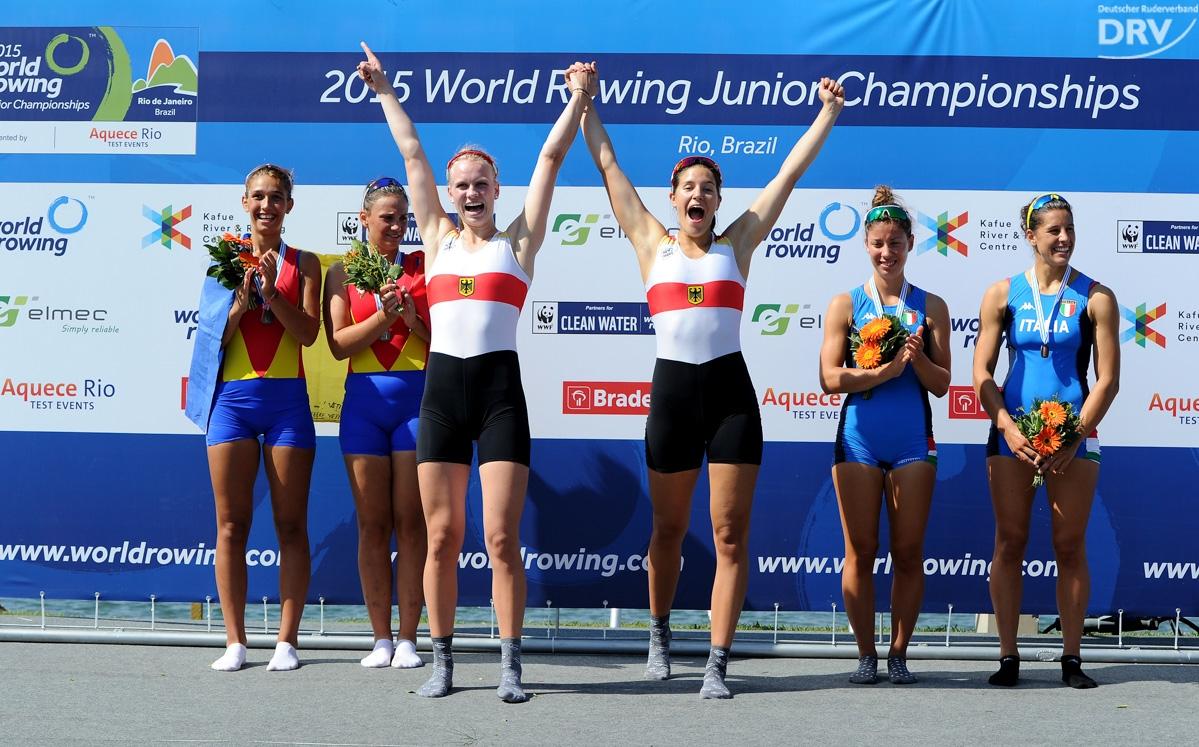 Frieda Hämmerling und Annemieke Schanze jubeln bei der Siegerehrung der Junioren-Weltmeisterschaften 5. bis 8. August 2015 in Rio de Janeiro