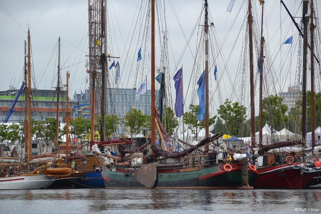 Historische Segelschiffe dicht an dicht in der Kieler-Hörn