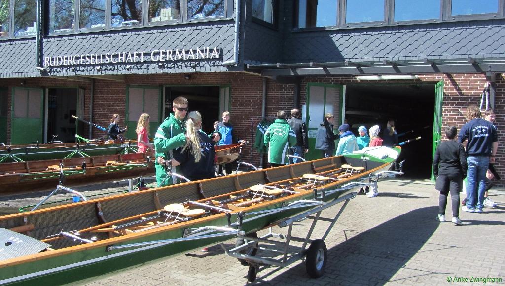 Kinder reinigen die Boote nach dem Rudern
