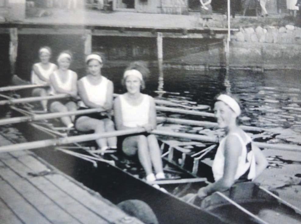 So sahen 1930 die Siegerinnen von Germania im Stilrudern bei der Flensburger Ruderregatta aus. Die Frauen mussten sich zunächst mit dieser Disziplin begnügen, bei der es eine B-Note für die Gleichmäßigkeit der Bewegung, die Haltung und die Kleidung gab.