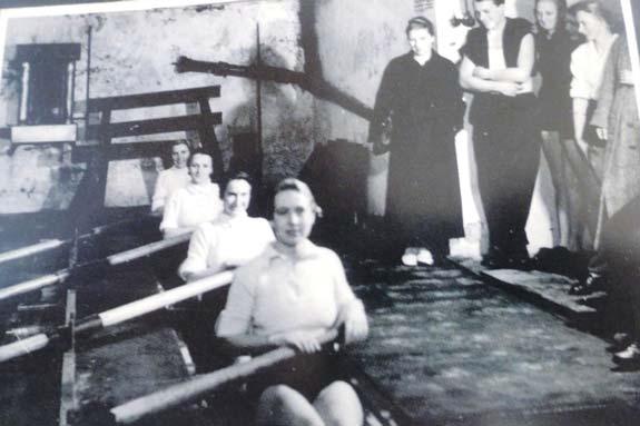 Trainiert wurde in den Wintermonaten beim Beckenrudern mit feststehender Dolle in der Bootshalle.