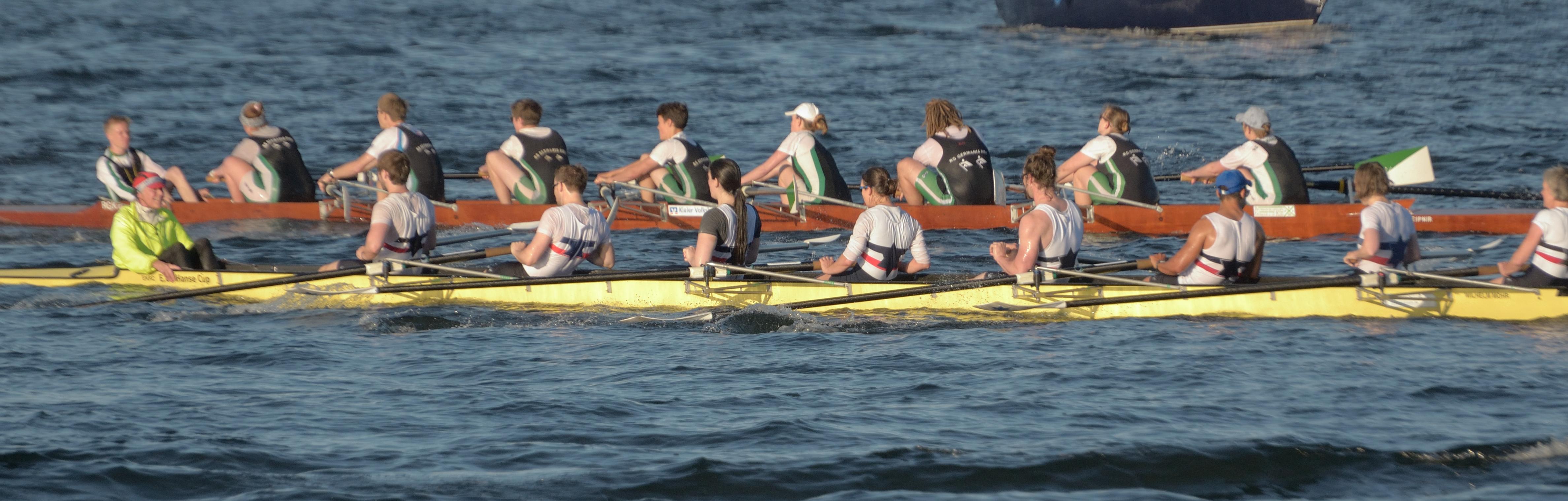 Die Rennachter vom EKRC und der RG Germania liefern sich einen harten Bord an Bord Kampf