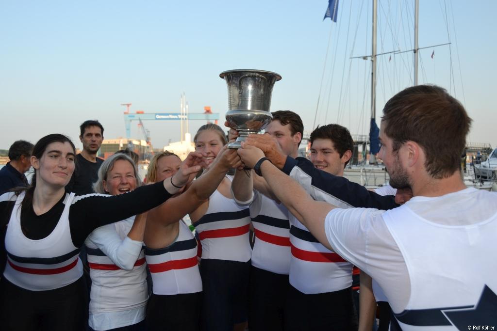 Die Rudermannschaft des Ersten Kieler Ruder-Clubs hält den Pokal in der Hand nach dem Stadtachter-Rennen zur Kieler Woche am 22. Juni 2016