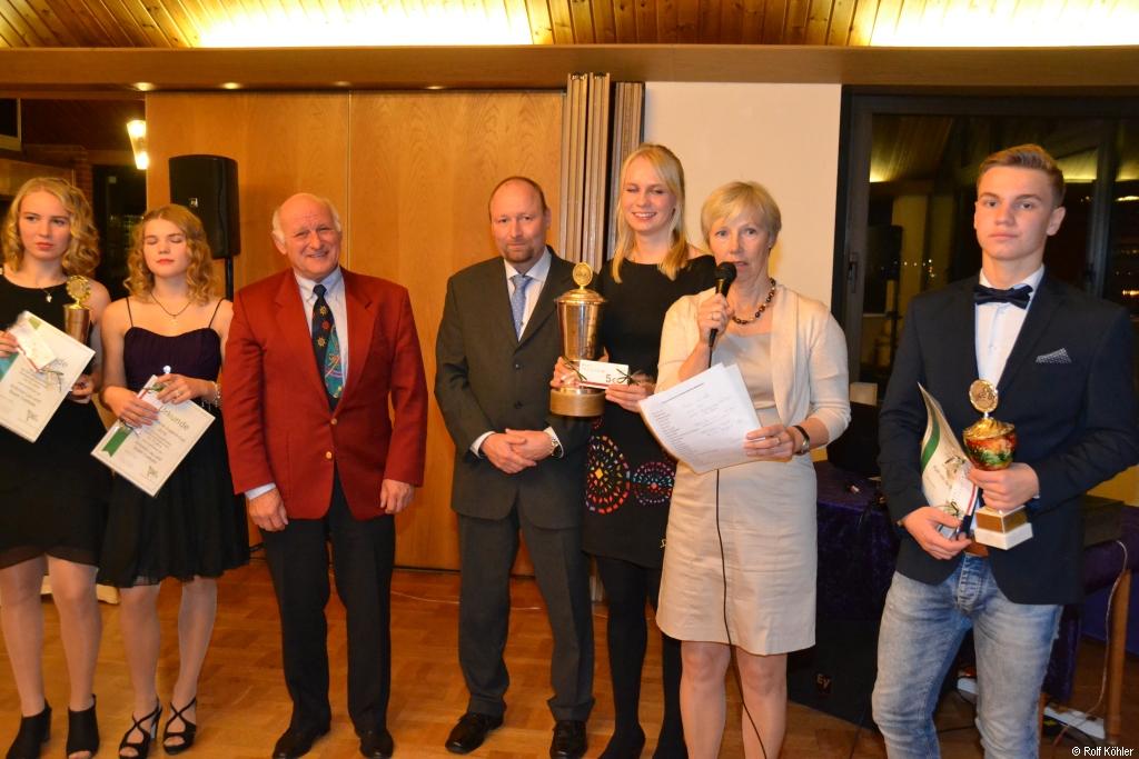 Die 1. Vorsitzende ehrt Sportlerinnen und Sportler für ihre herausragende sportlichen Leistungen 2016 mit Urkunden und Pokalen
