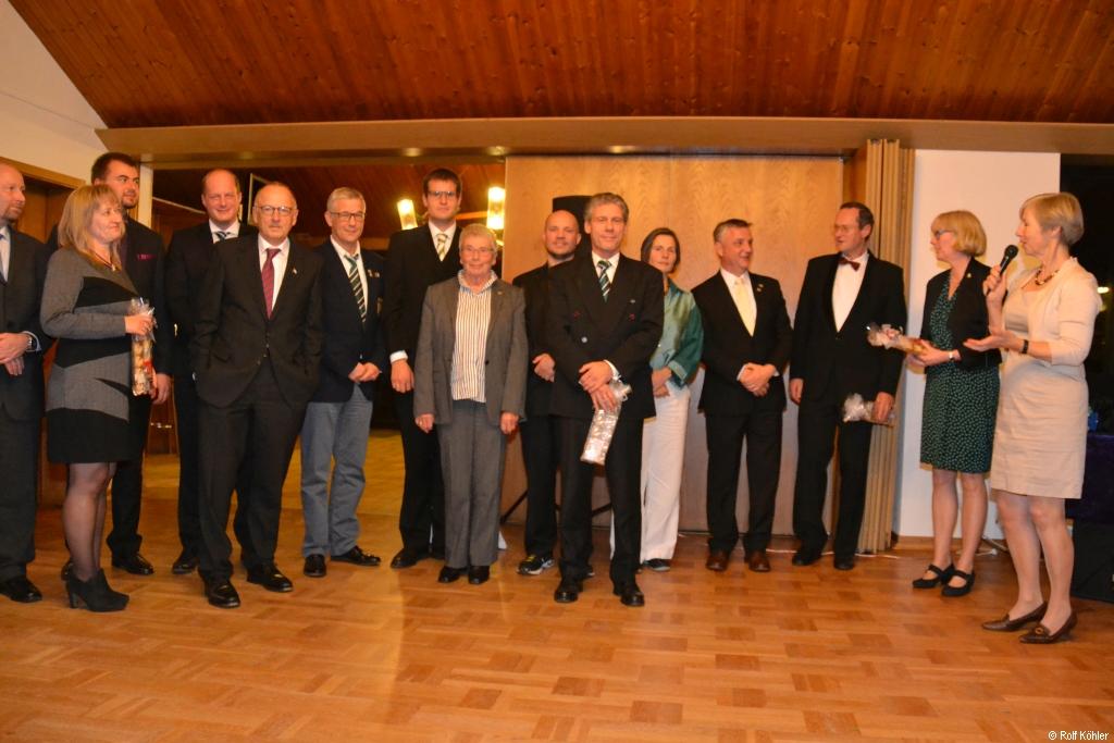 Gruppenbild mit vielen Personen, die sich ehrenamtlich für die RG Germania Kiel engagieren, ganz rechts mit Mikrofon die 1. Vorsitzende Sabine Köhler