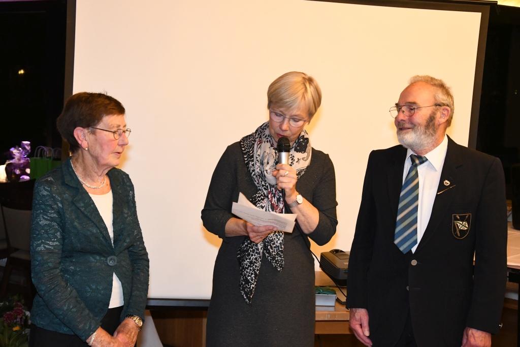 ein Frau links von der Vereinvorsitzenden stehend und ein Mann rechts stehend werden für 40-jährige Vereinsmitgliedschaft geehrt beim 136-jährigen Stiftungsfest der Rudergesellschaft Germania Kiel am 3. Nov. 2018