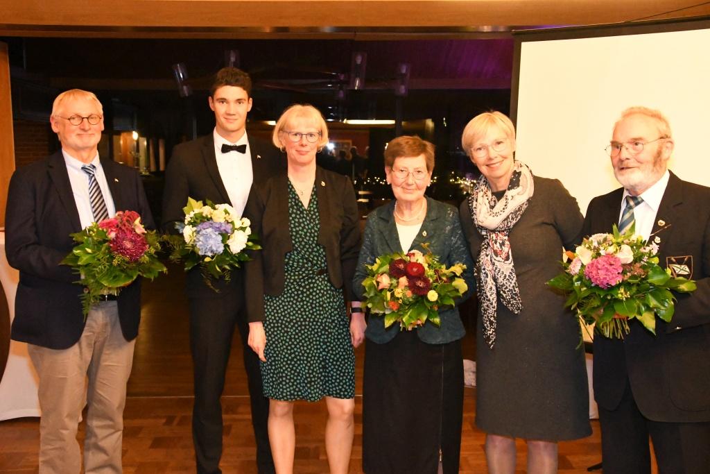 Gruppenbild mit 4 Jubilaren, die Bluemnsträuße in der Hand halten und zwei Vereinsvorsitzende beim 136-jährigen Stiftungsfest der Rudergesellschaft Germania Kiel am 3. Nov. 2018