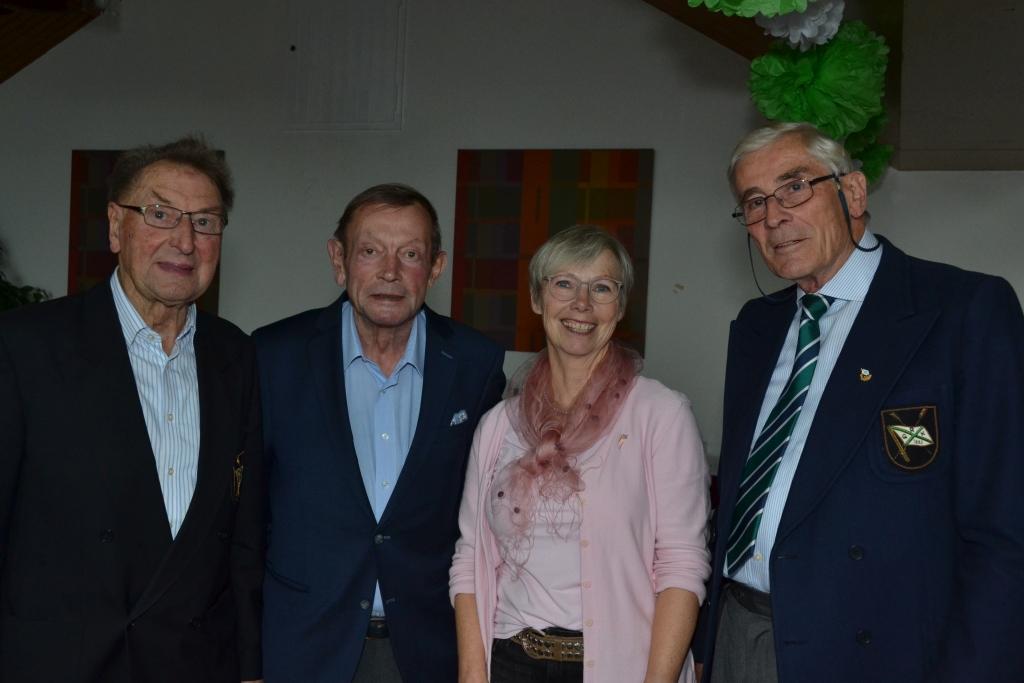 vier Vereinvorsitzende, davon die zweite Person von links eine Frau, stehen nebeneinander
