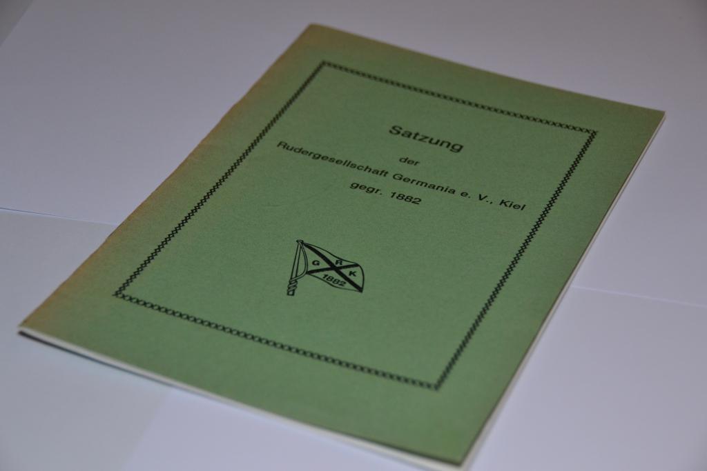 Die grünes Heft liegt auf einem Tisch