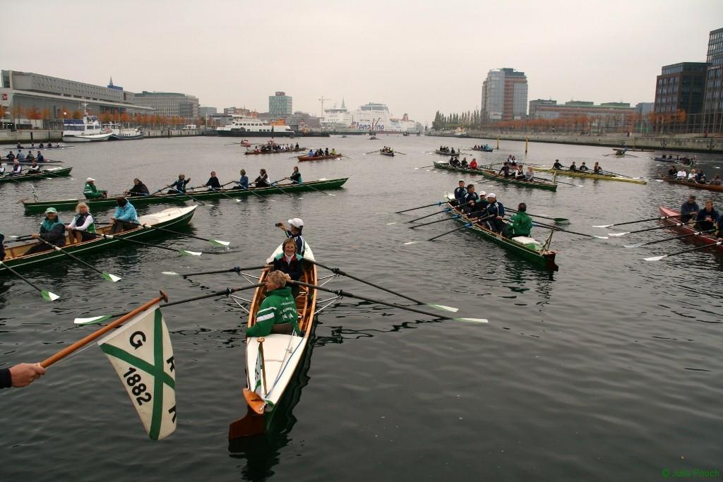 Ruderboote treffen sich beim Abrudern in der Kieler Hörn