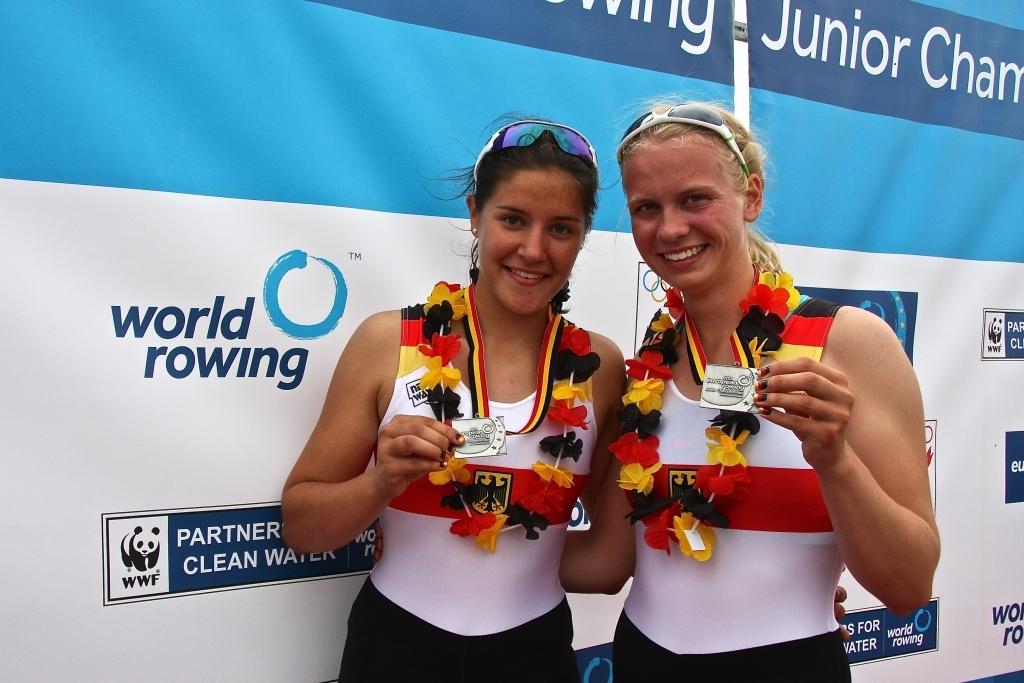 Frieda Hämmerling und Annemieke Schanze zeigen stolz ihre Silbermedaille