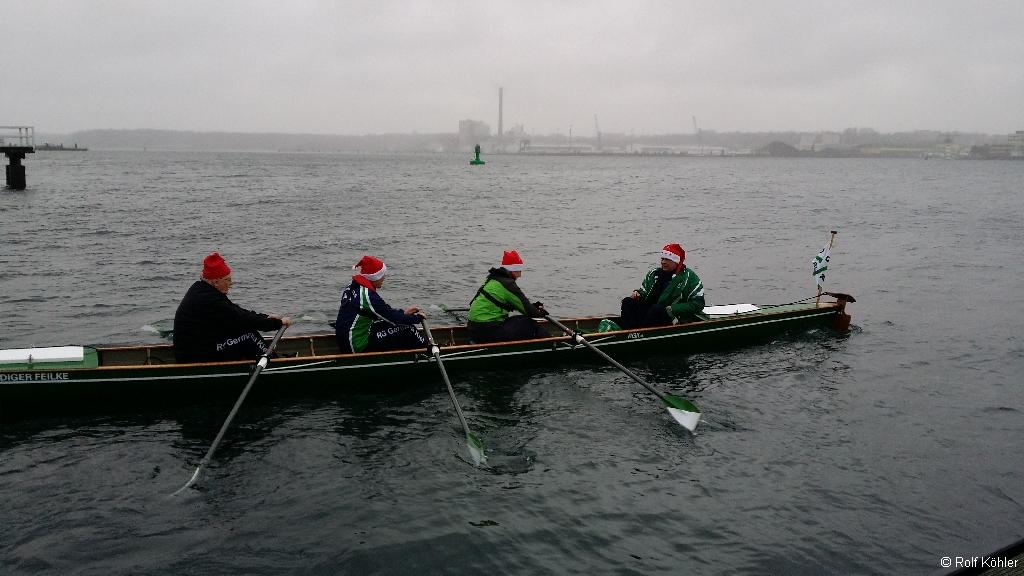 Ruderer mit Weihnachtsmütze auf der Kieler Förde am 24. Dezember 2014