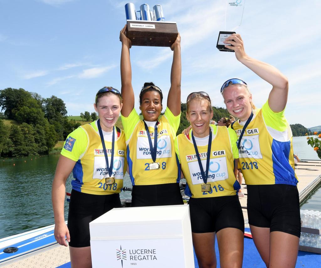 Vier Frauen freuen sich mit Medaillen um den Hals über den Sieg und halten zwei Pokale in die Höhe