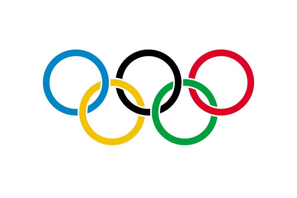 Olympische Flagge aus fünf verschlungenen Ringen in den Farben Blau, Gelb, Schwarz, Grün und Rot uaf weißen Hintergrund