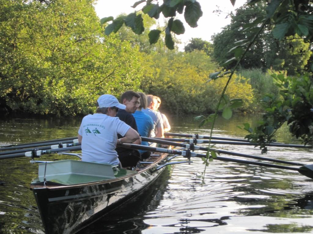 Ruderboot auf der Schwentine legt am Steg der Kanuabteiling in Klausdorf an