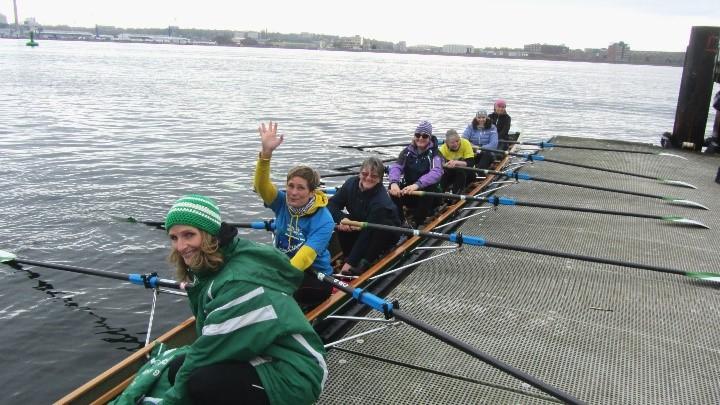 Ruderboot mit sieben Ruderinnen am Bootssteg liegend