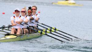 Vier Frauen mit Sonnenbrillen in einem gelben Ruderboot